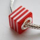 Metallsüdamikuga akrüülhelmes 10x10X10mm, ava 4,5mm, punane-valge, 1 tk