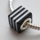 Metallsüdamikuga akrüülhelmes 10x10X10mm, ava 4,5mm, must-valge, 1 tk